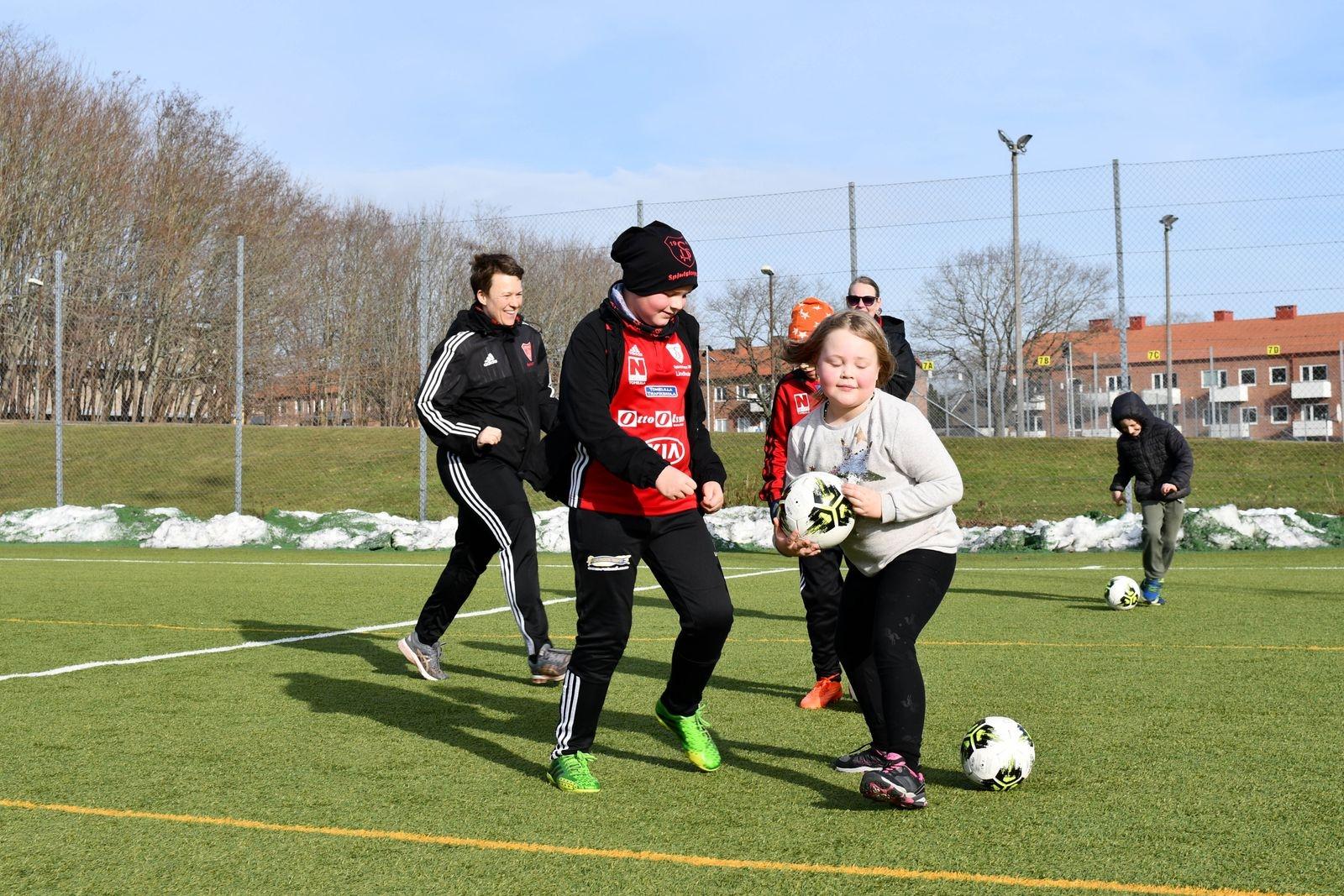 Sportlovsfotbollen inleddes med roliga lekar.