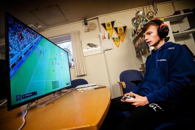 Gustav Larsson i TFF:s e-sportlag tränar inför eAllsvenskan.