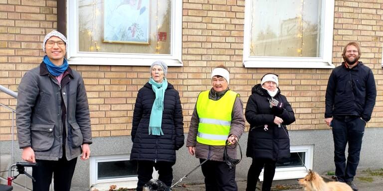 Vid avtäckningen av den första adventstavlan samlades kyrkomusiker Jonas Båvall,  Gun Alexandersson, Tuovi Kulju med hunden Jazzy, Christine Gullhamn med hunden Tintin, samt prästen och initiativtagaren Tomas Jarvid.
