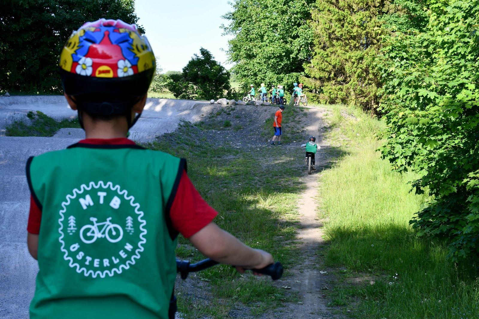 På bara några veckor har de yngsta barnen lärt sig att stå på pedalerna med jämna fötter och våga cykla på pumptrackbanan.