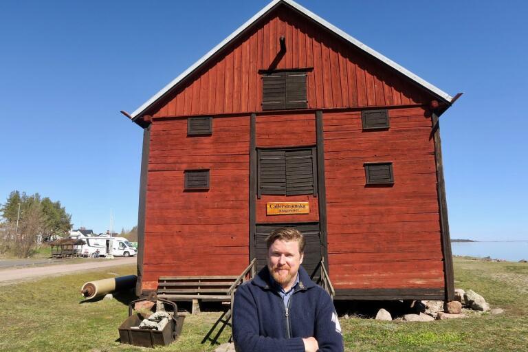 Så här nöjd och glad blev Kalle Holmström när han hittade den gamla stockbåten i Callerströmska magasinet för några veckor sedan. Den tros vara från järnåldern. Stockbåtar, eller stockkanoter, användes på sin tid till jakt och fiske, bland annat i Emån.