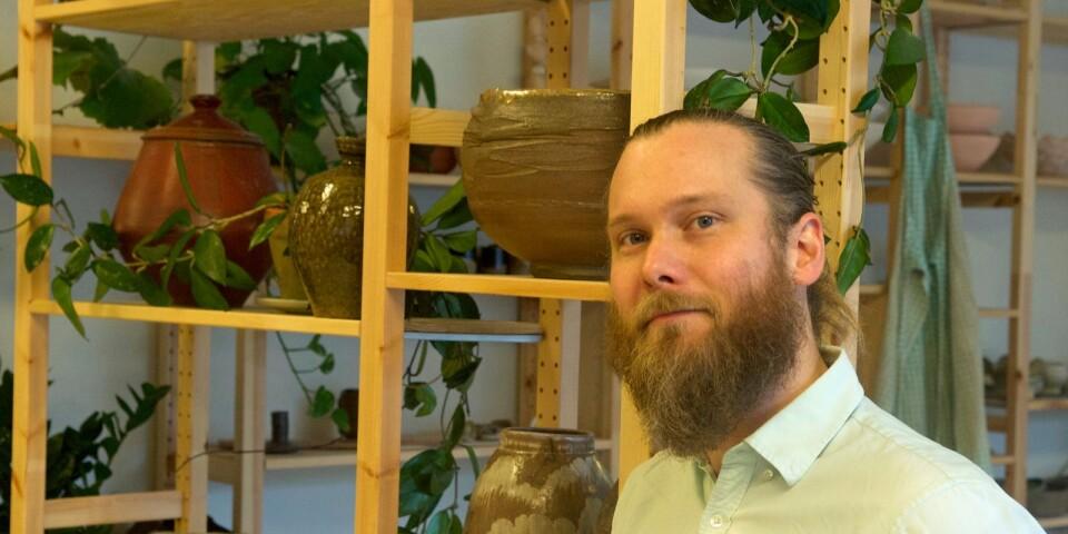 """""""Man kan väl säga att mycket började med en bok om bonsaiträd. Jag blev fascinerad och läste mycket"""", berättar keramikern Martin Andersson."""