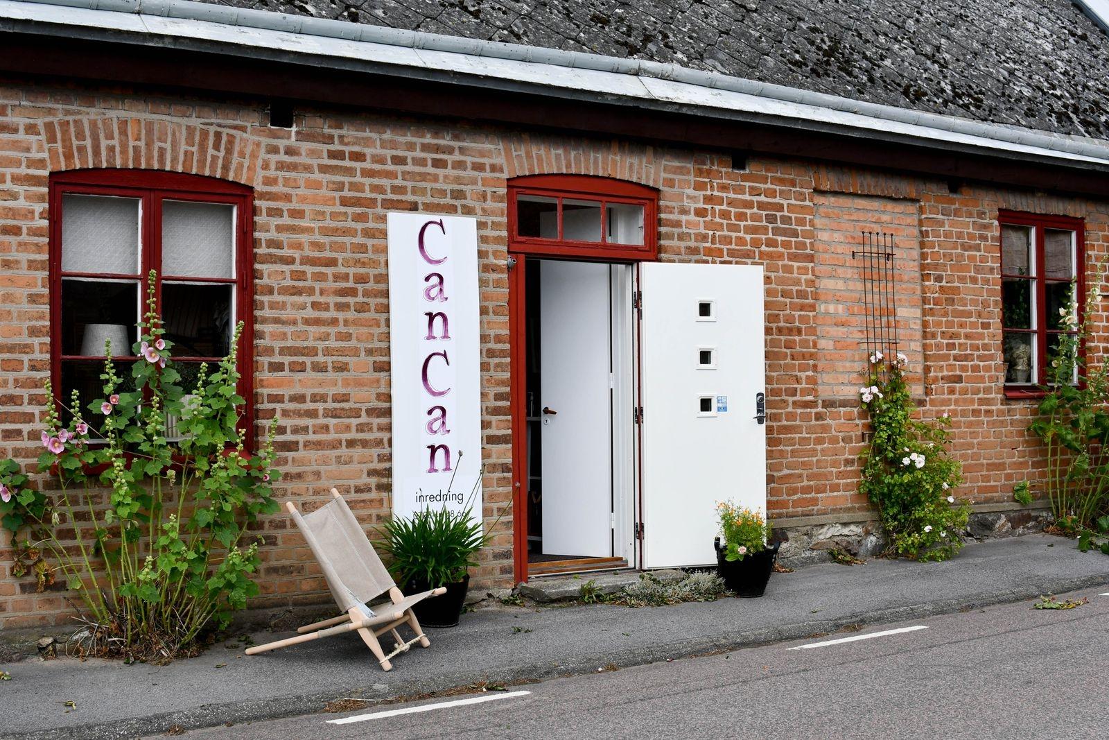 I det vackra 1850-talshuset, mitt emot kyrkan i Stora Köpinge, finns butiken.