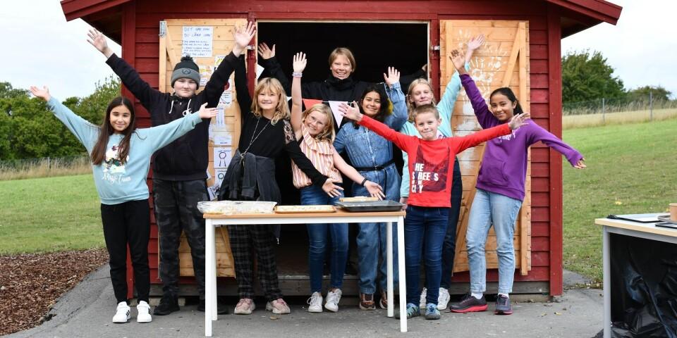 Jennie, Liam, Kim, Amanda, Dima, Moa, Benjamin och Tindra utgör elevgruppen som jobbat med aktivitetsboden. Till sin hjälp har de haft Matilda (inne i boden).