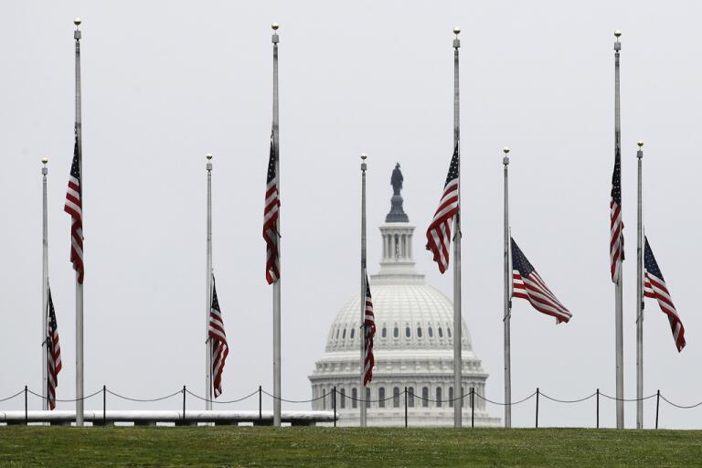 Amerikanska flaggor på halv stång under helgen, president Donald Trump utropade tre dagars sorgedag under förra helgen för att hedra offren för covid-19 .