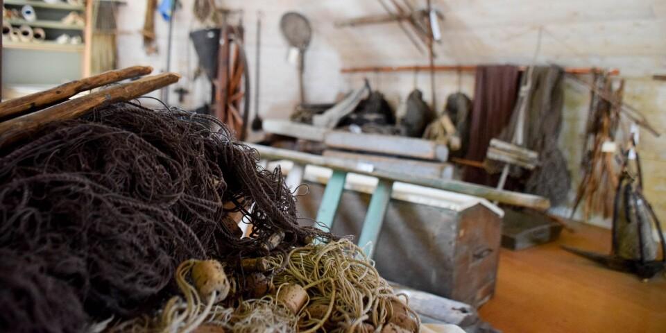 En trappa upp visas gamla fiskeredskap. Praktiskt taget alla föremål i museet är skänkta av brantevikare.
