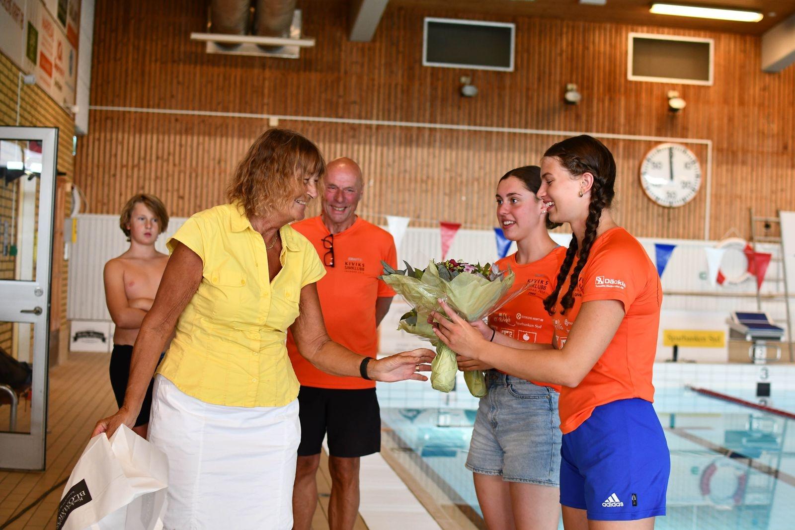Pia Ingvarsson överräckte blommor till de två glada och stolta SM-medaljörerna.