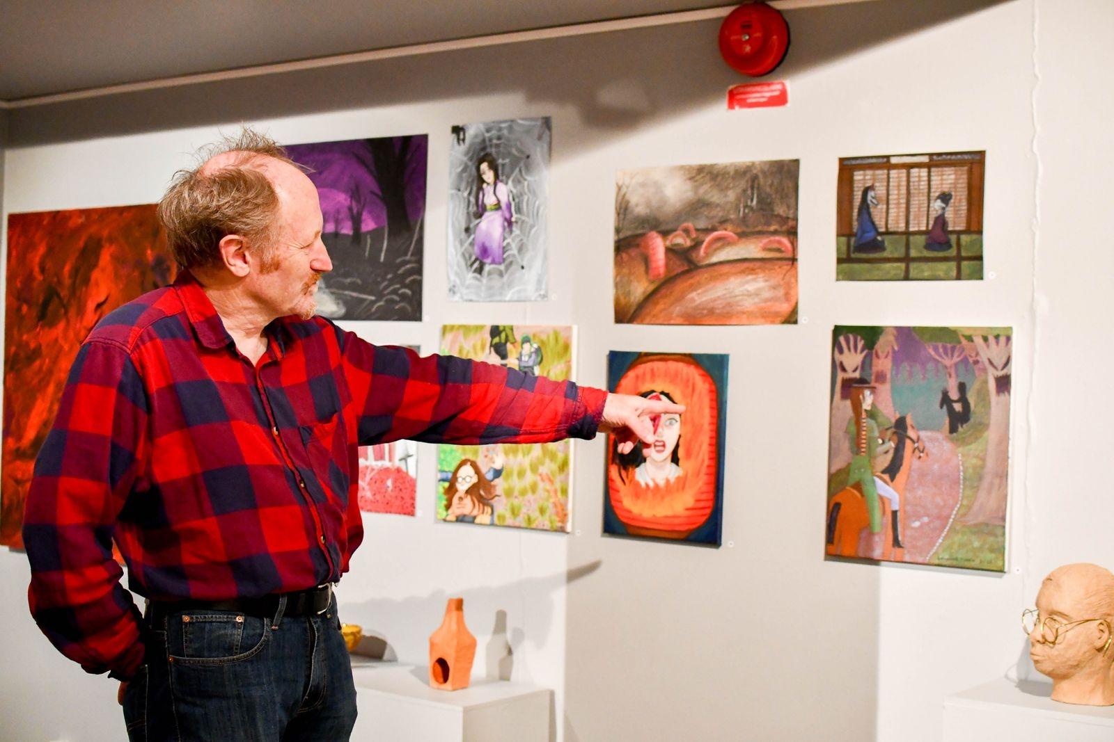 Lars Agetorp, lärare på konstskolan Unikum, visar resultatet av arbetet på temat rädslor.