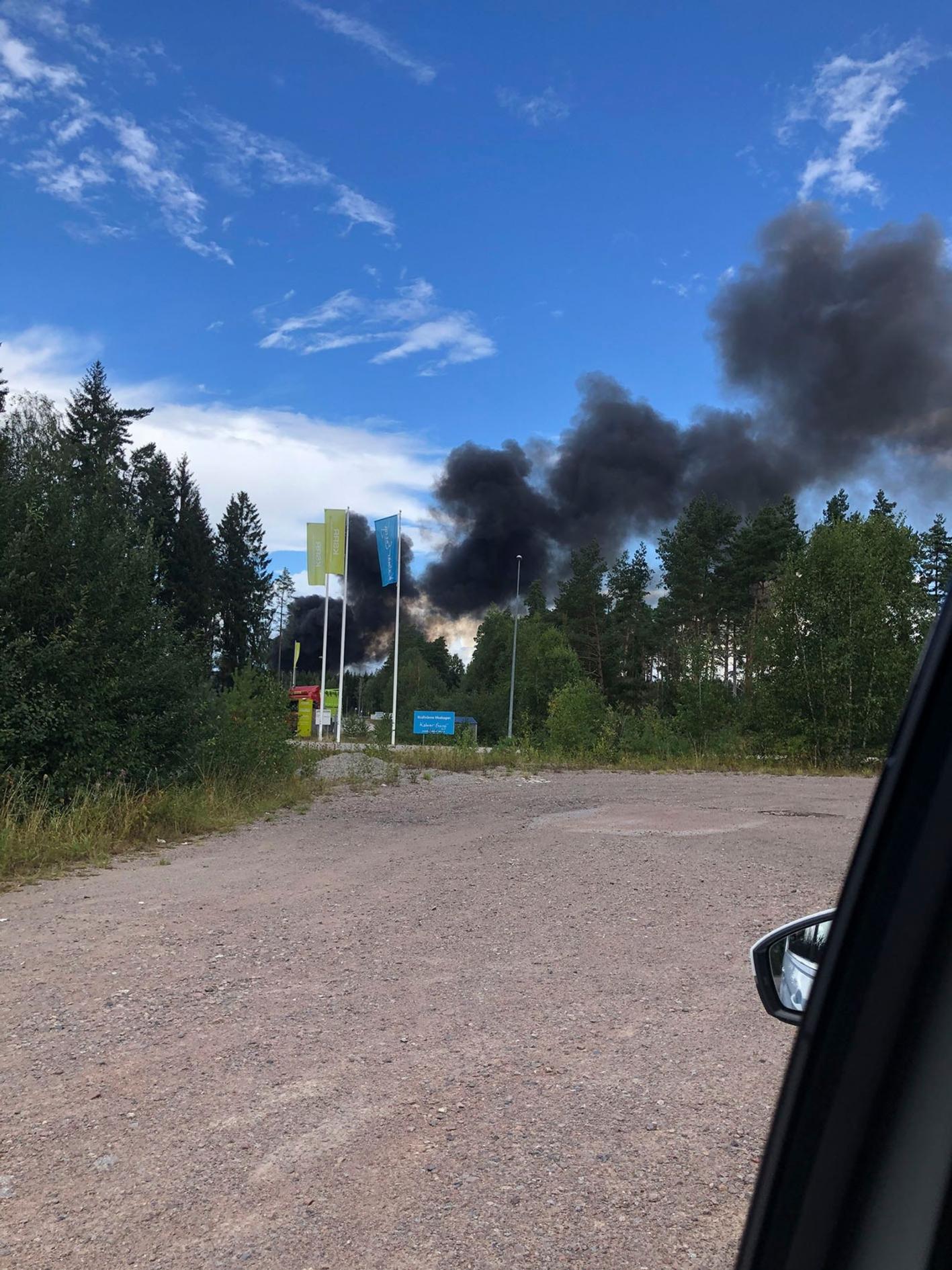 Svart rök spreds från branden på Moskogen.