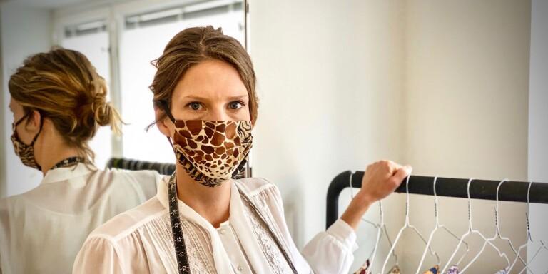 Hon syr munskydd till stora delar av världen