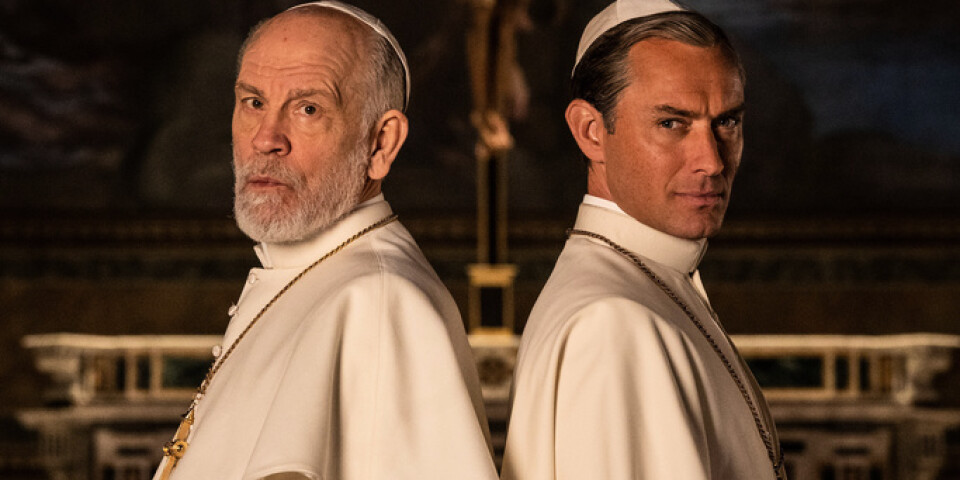 """John Malkovich rycker in som ny påve i """"The new pope"""", när Jude Laws rollfigur hamnar i koma. Pressbild."""