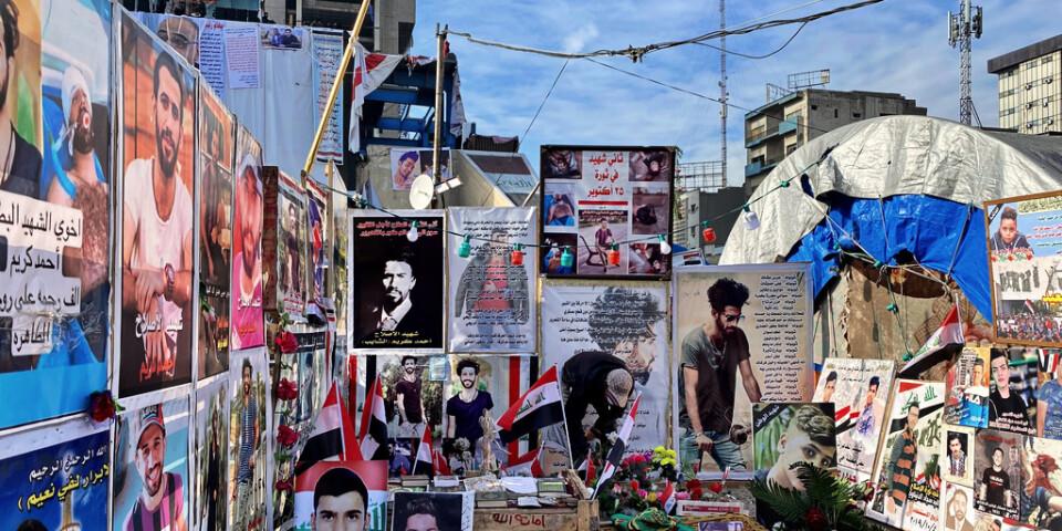 Hundratals regeringskritiska demonstranter har dödats i protesterna i Iran, som bröt ut i oktober förra året. På Tahrirtorget sitter affischer till deras minne.