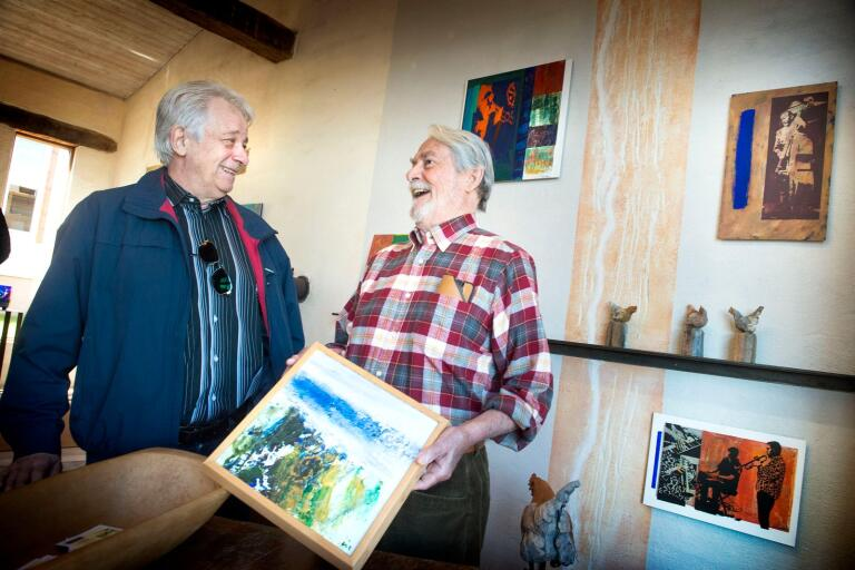 Åke Carlström, som målar landskap i akryl, i samspråk med det tidigare kommunalrådet i Perstorp, Arnold Andréasson.