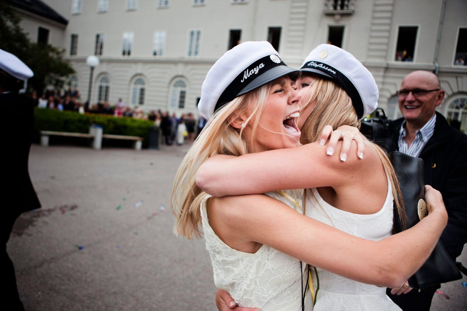 Maya Holmberg och Agnes Elofsson kramar om varandra på Stagneliusskolans utspring 2012.