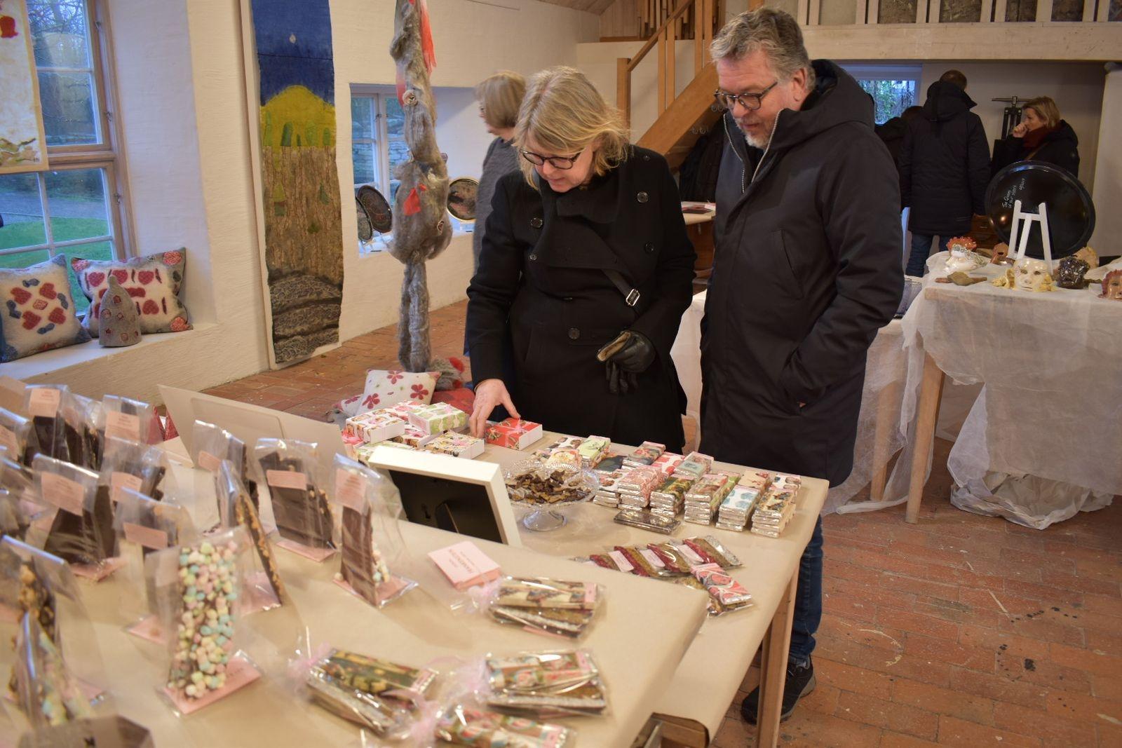 Marie Ekroth Jonsson och Tomas Jonsson kunde inte låta bli att köpa lite god choklad.