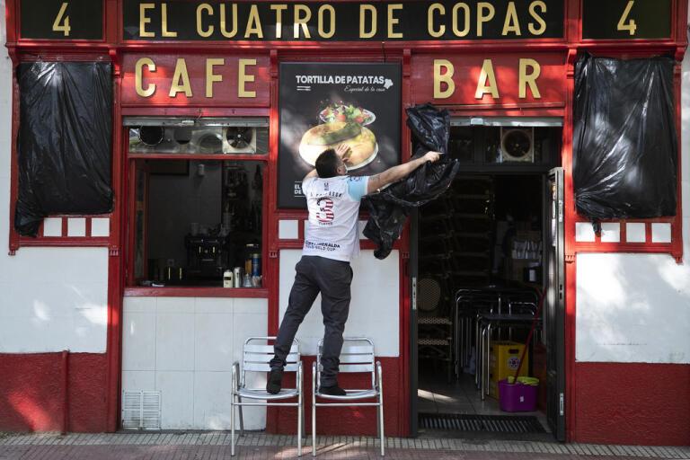 Ett café i den spanska huvudstaden Madrid förbereder sig för att återigen ta emot kunder, något som kommer att tillåtas från och med början av nästa vecka. Arkivbild.