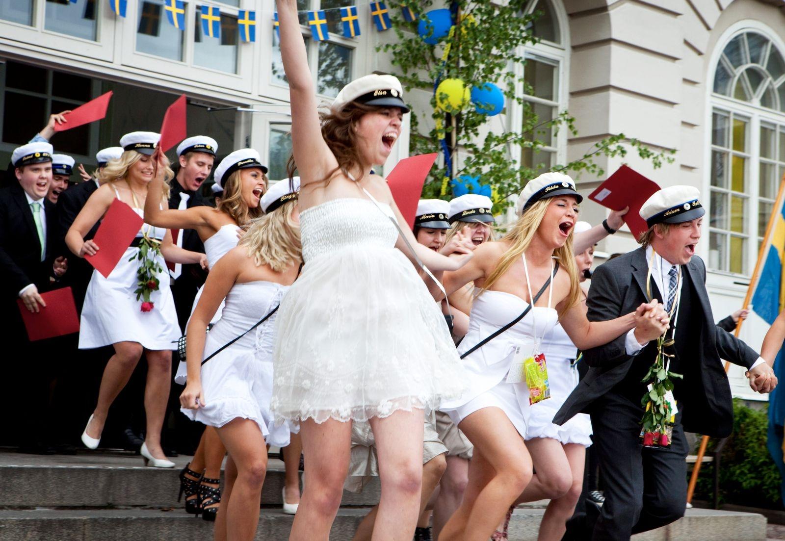 """Studentexamen på Stagneliusskolan 2010. Klass SP07D springer ut. Tilda Kask och Elsa Edling syns i """"början"""" av klassen."""