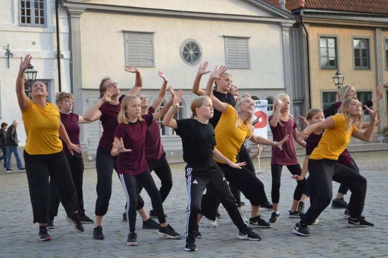 Kristen dansuppvisning på Stortorget