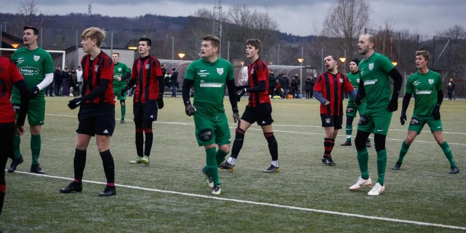 Många spelare tar plats i Baskemöllas straffområde.