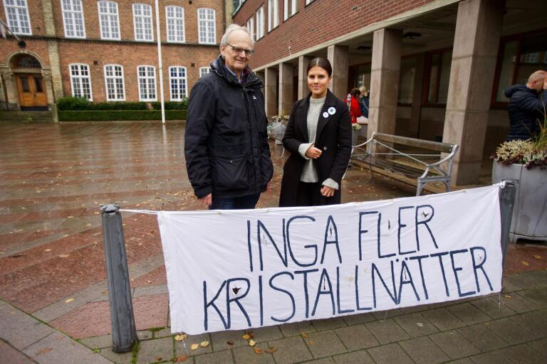 Mats Sjölin och Nesida Nukic talade under manifestationen mot Kristallnatten på Rådhustorget.