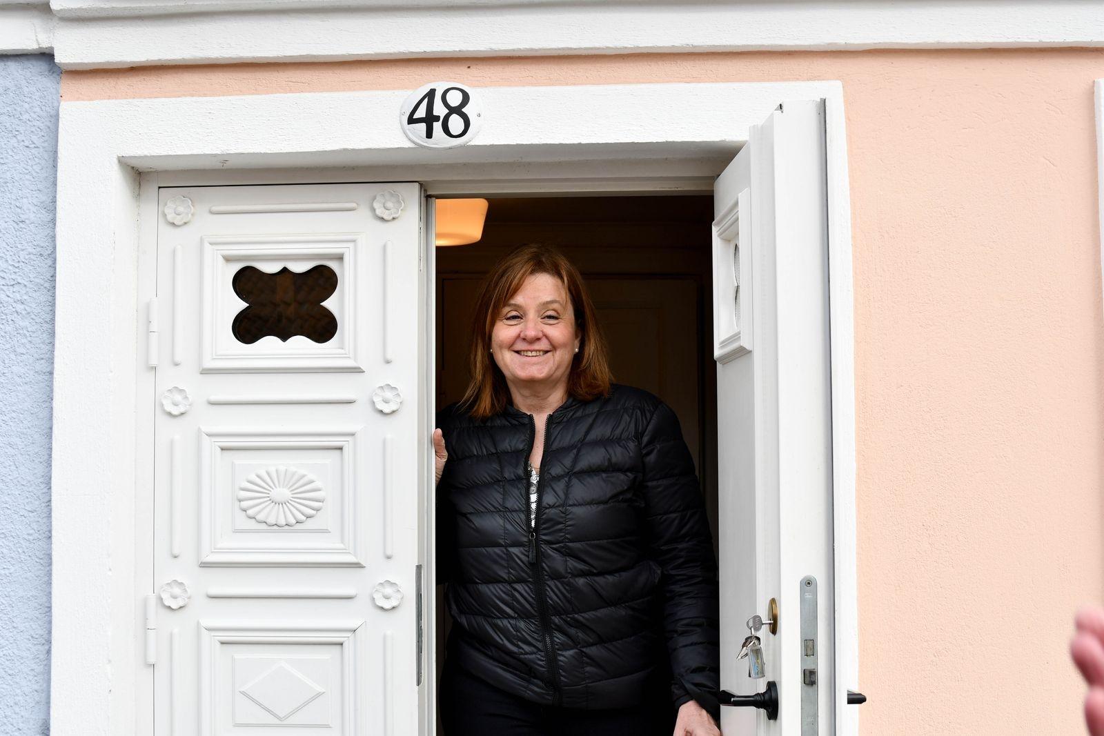Susanne Rudstedt i dörren till Karamellboden.
