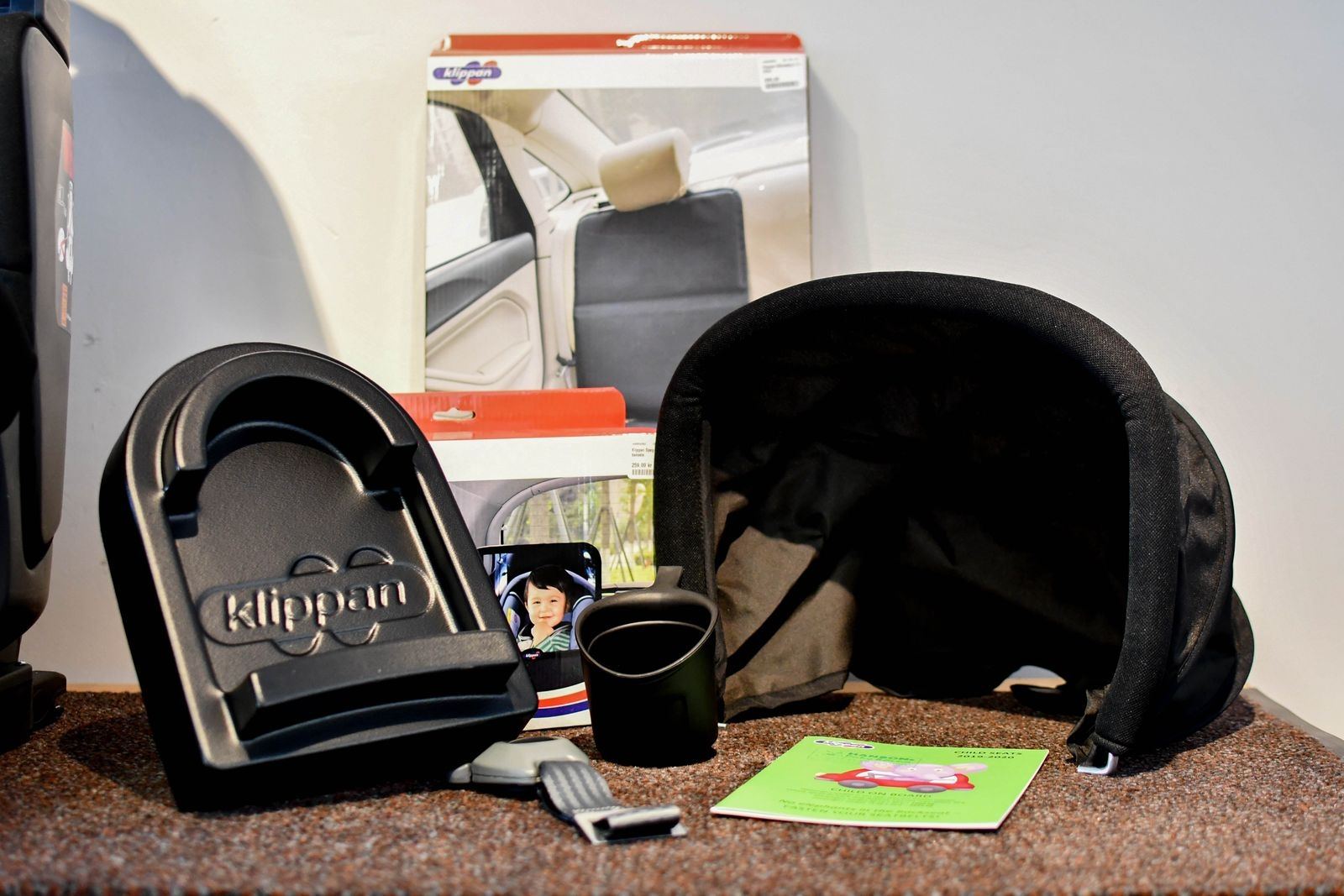 Oy Klippan erbjuder många smarta tillbehör till sina stolar, som mellanlägg för att förlänga benutrymmet, bälteslarm, mugghållare, solskydd, spegel och sätesskydd.