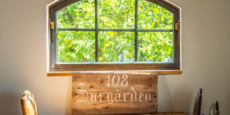 Skylten hittade Jonathan Nordström i ett uthus. Så fick han veta vad gården hette.