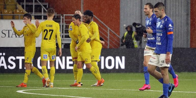 Ivo Pekalski (närmast kameran) och Jonathan Azulay deppar efter Halmstads 0–2-mål – som fastställde ännu en Norrbyförlust.