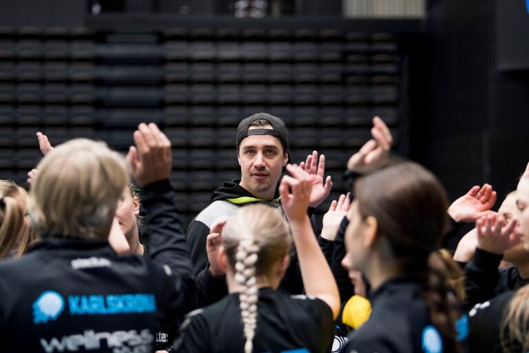 Till vardags spelar Tobias Nordahl i HIF Karlskrona, men när tid finns så blir det ännu mer handboll. Han finns med som ledare i Karlskrona Handbolls damlag.