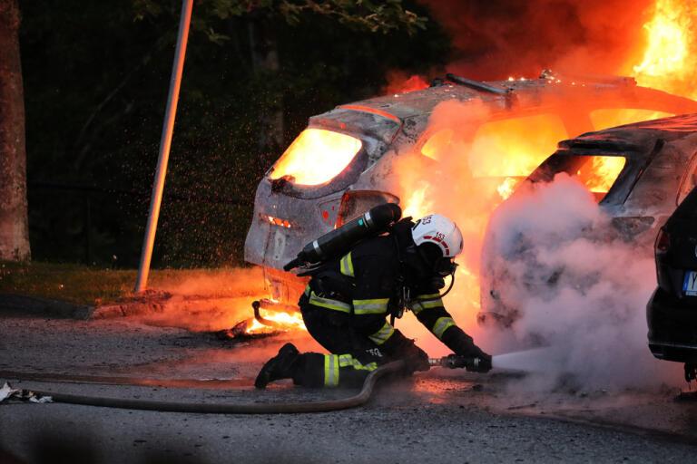 Omkring 17 bilar skadades i flera bilbränder nordväst om Stockholm i natt.