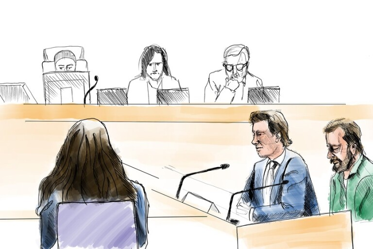 Teckning från huvudförhandlingen om dubbelmordet 2004, i Linköpings tingsrätt. Till höger den åtalade Daniel Nyqvist, med sin försvarare Johan Ritzer. Till vänster ses advokat Elisabeth Massi Fritz som företräder den mördade pojkens familj.