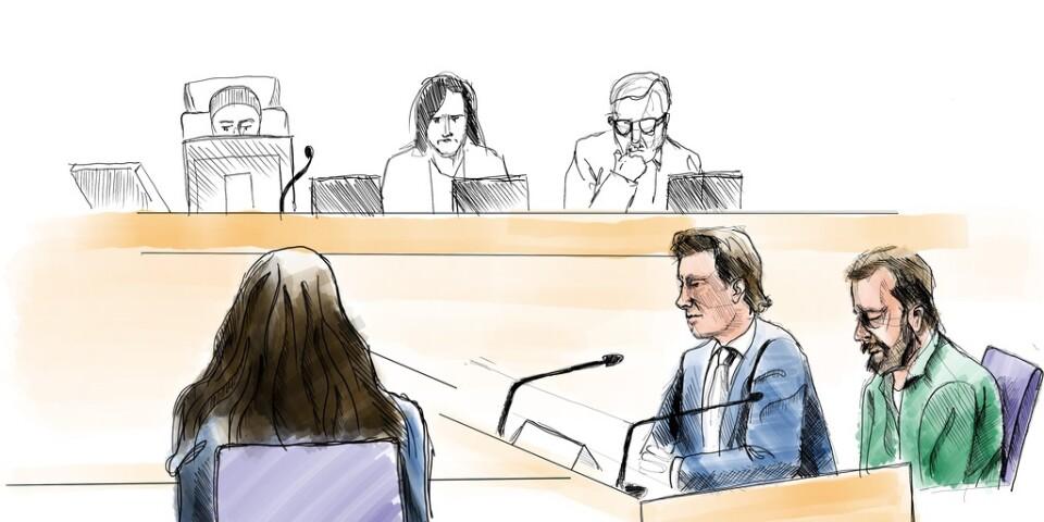 Teckning från huvudförhandlingen i Linköpings tingsrätt om dubbelmordet 2004. I förgrunden den åtalade Daniel Nyqvist och hans försvarare Johan Ritzer. Till vänster ses advokat Elisabeth Massi Fritz som företräder den mördade pojkens familj.