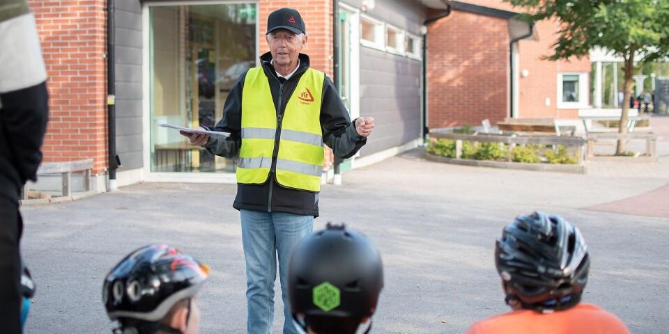 """Bo Widell från NTF Sydost går igenom grunderna för en trygg och säker cykling till skolan. NTF besöker alla årskurs 4 i Kalmar kommun under hösten. Det finansieras av Energimyndigheten och är en del av projektet """"På egna ben""""."""