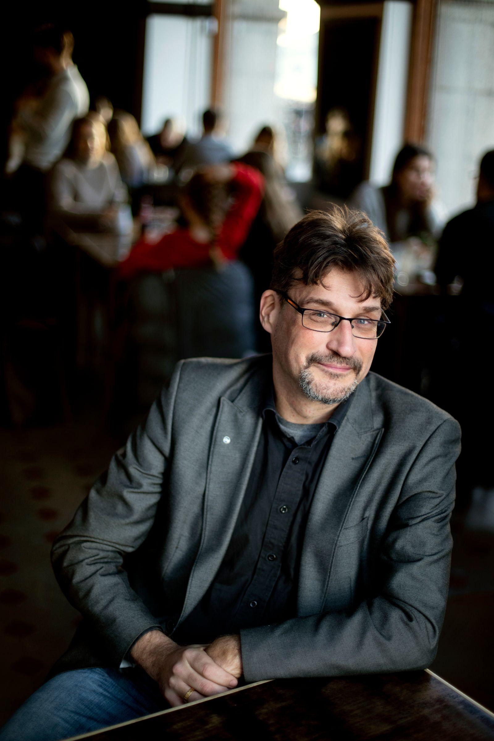 Mats Svenssons debuterade som författare 2020 med romanen Den trettonde bomben. Nu är han aktuell med nyutgivna De tolv majestäterna. Foto: Emil Malmborg