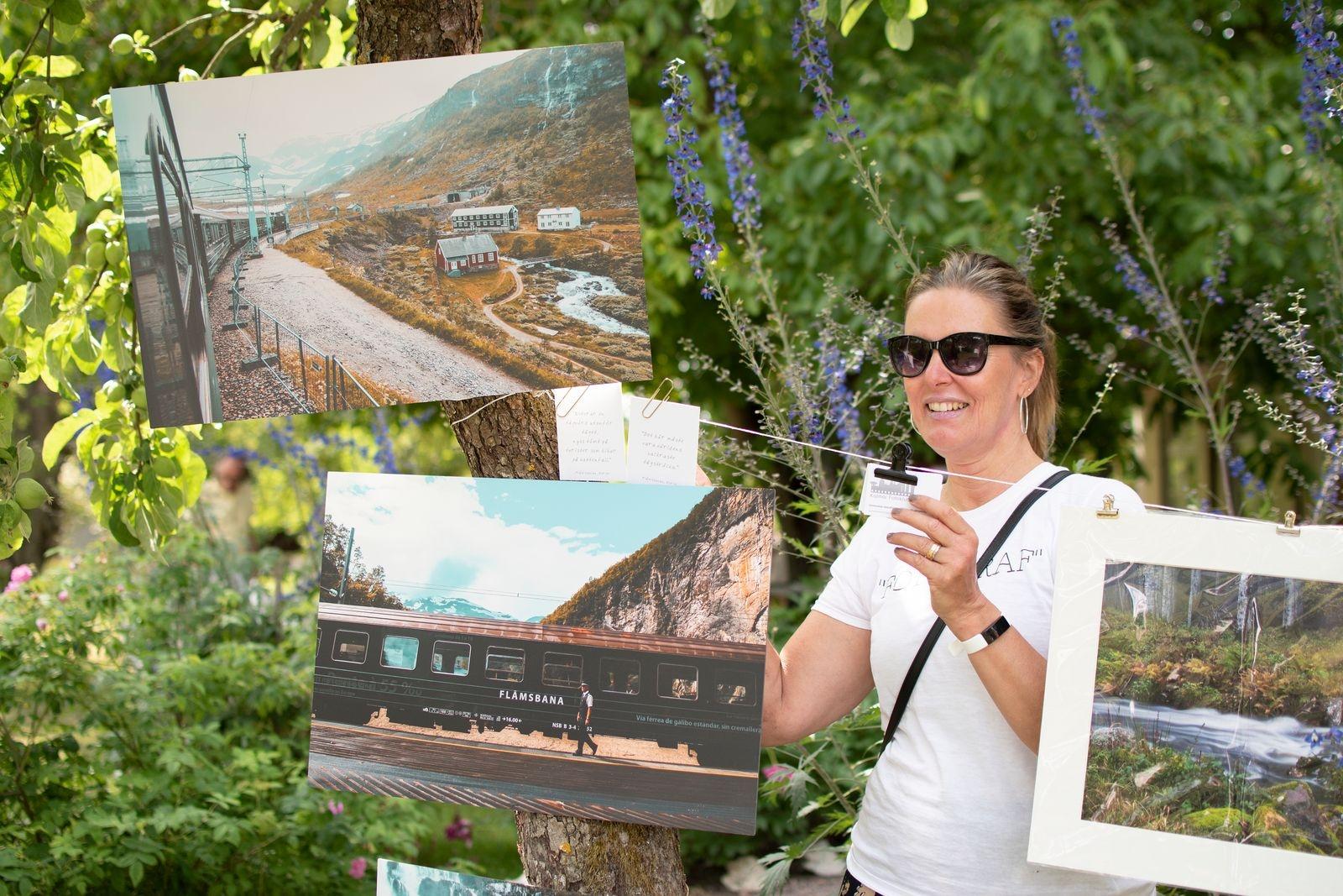 Kalmar Fotoklubbs nytillträdda ordförande Helena Erngård höll i trådarna den här dagen och kunde glatt konstatera att även foto i olika former lockade besökarna att lyfta blicken den här dagen.