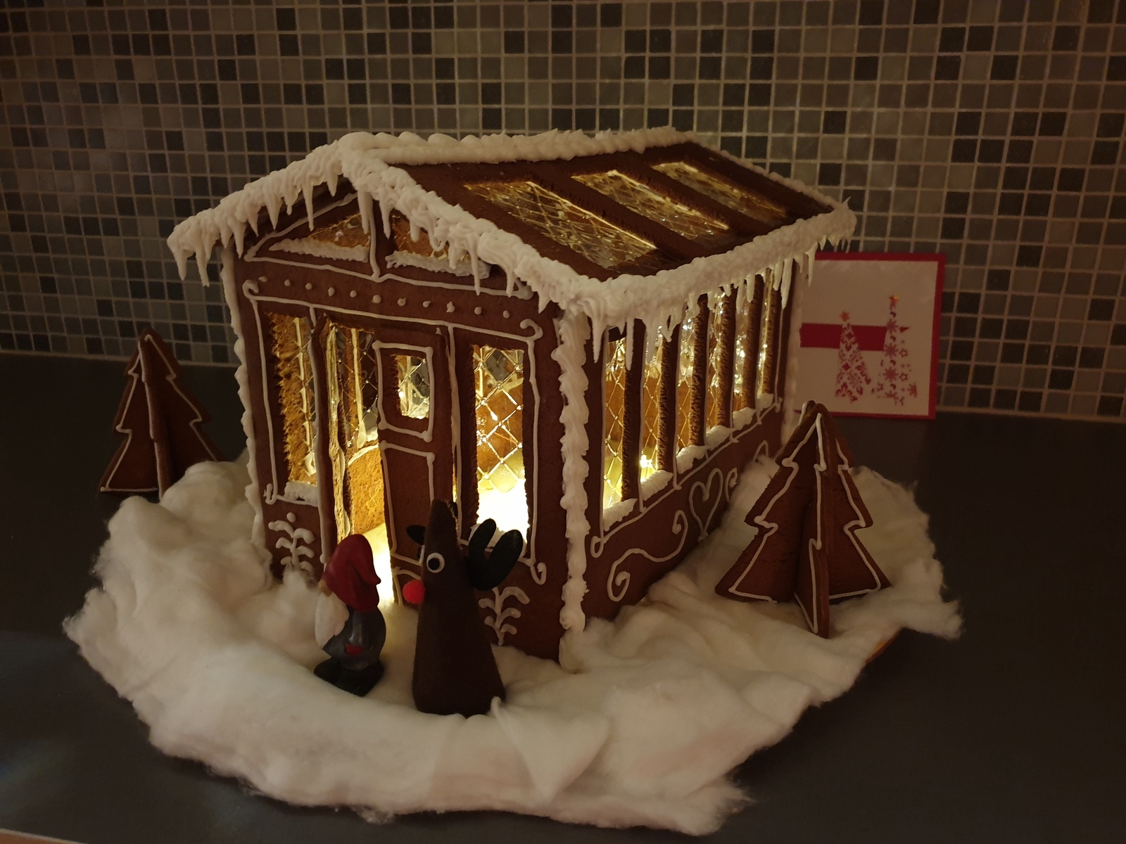 """""""I somras byggde min man och jag växthus så då var det självklart att årets pepparkaksbygge fick bli en kopia på det. Förra året byggde jag och mina söner Big Ben."""" Hälsningen kommer från Marie Wyckman i Sörbo, Oskarshamn."""