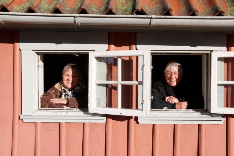 Lena Tjäder och Gun Olsson arrangerar en levande adventskalender även i år. (Arkivfoto)