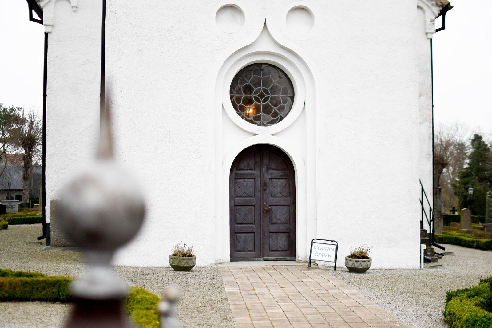 Kyrkorna är öppna några timmar varje söndag och även de flesta vardagar. Att det uppskattas syns på ljusbärarna som ofta är fyllda.