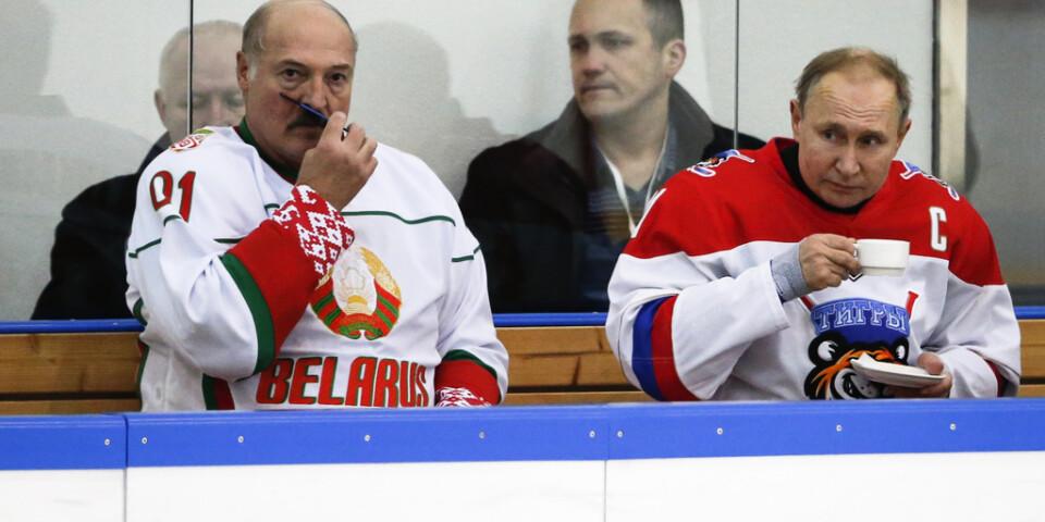 Amatörhockeyentusiasterna Aleksandr Lukasjenko (vänster) och Vladimir Putin (höger) drabbade samman på isen i Sotji förra veckan. Drabbningen som gäller gaspriser går vidare.