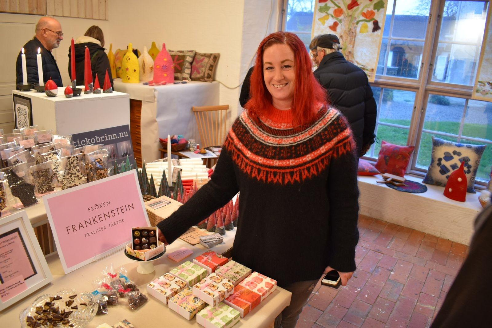 Ebba Frankenstein som idag sålde läcker choklad på julmarknaden, är utbildad på choklad och dessertutbildningen i Schweiz, nu driver hon egen chokladtillverkning i Gårdby på Öland.