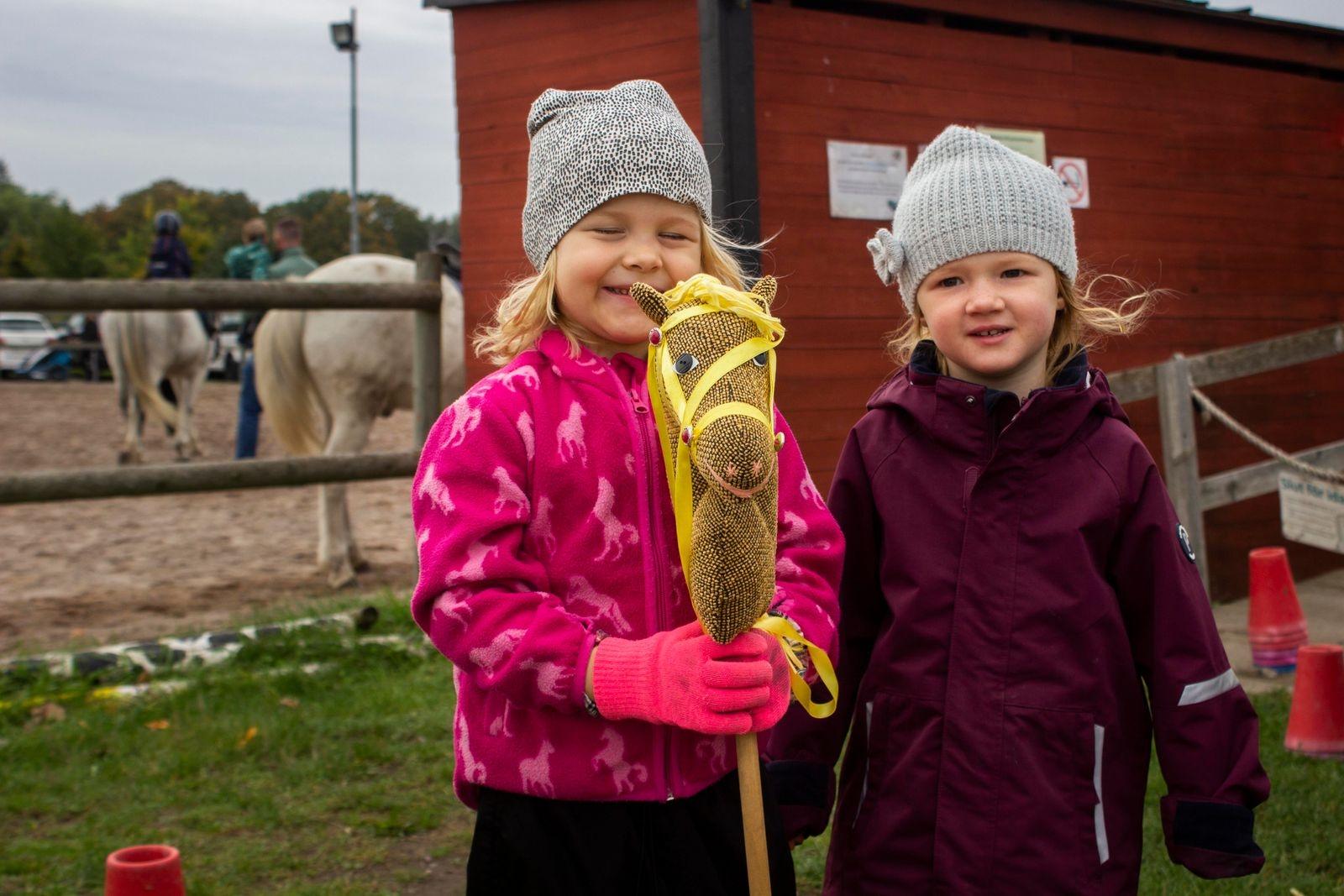 Ejra och Elsie, 4 år, såg mest fram emot käpphästtävlingen och ponnyridningen.