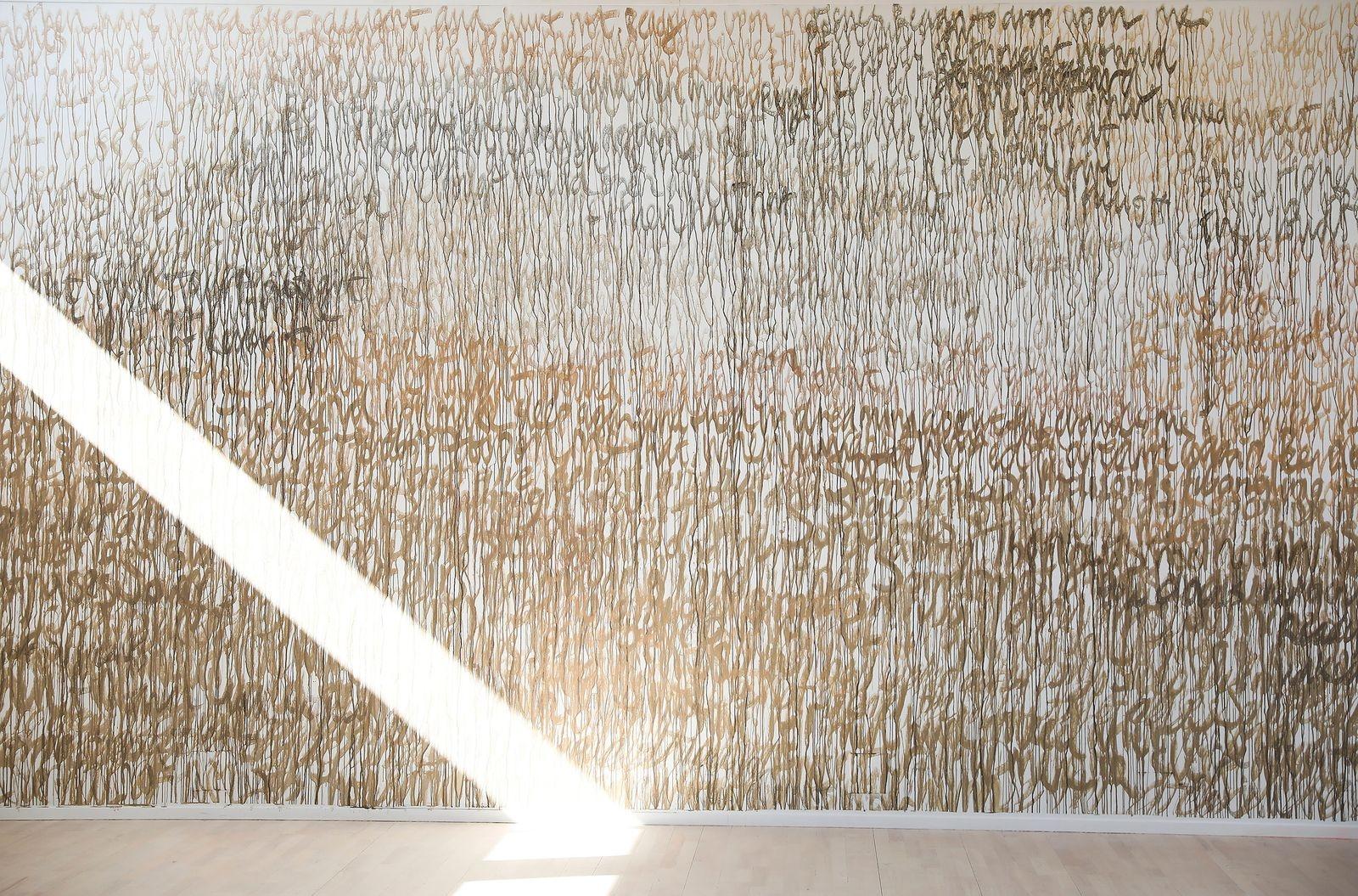 En hel vägg med texten från tredje akten, andra stycket ur The Tempest av William Shakespeare, är skriven med uppslammad lera.