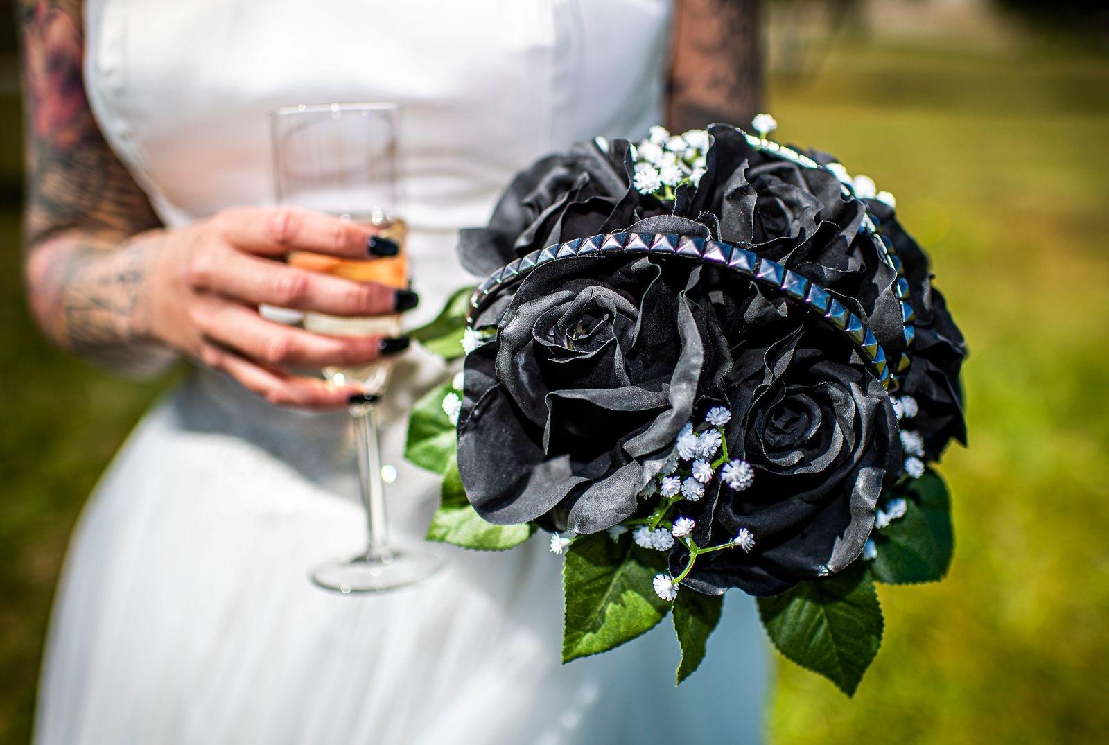 Brudbuketten hade Sara Sigbo gjort själv. Blommorna har hon färgat i svart.