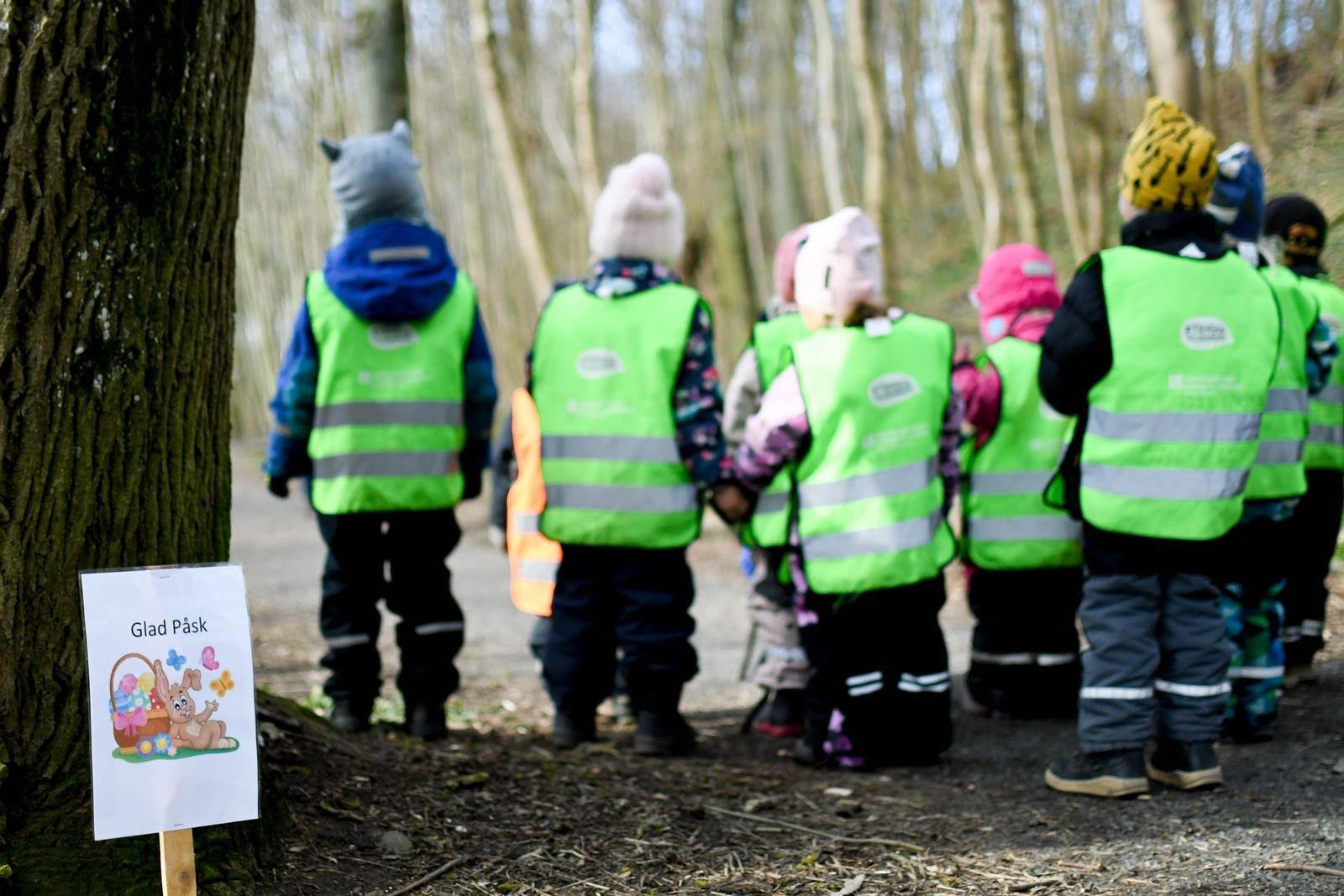 Barnen på Borrby förskola hjälpte initiativtagare Helene Olsson att påskpynta promenadstigen.