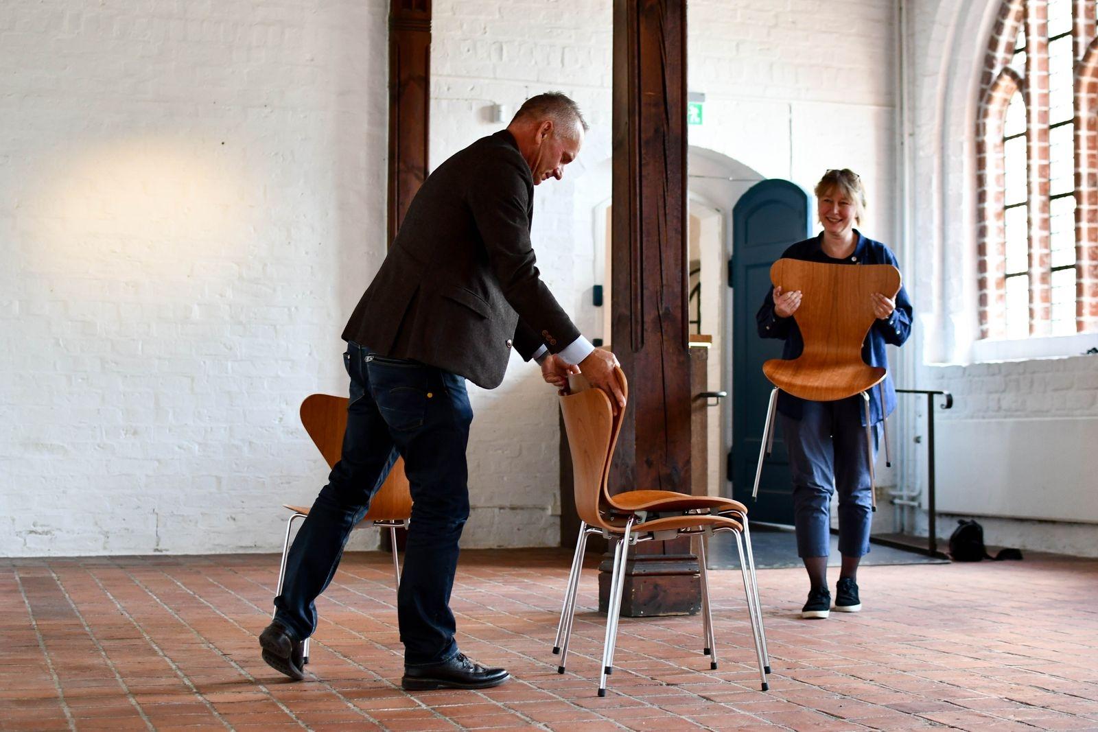 Sebastian Goksör och Kristina Buhrgard hoppas snart få lov att möblera för föreläsningar på Klostret igen. Tillsvidare ges föredragen på konstmuséet.