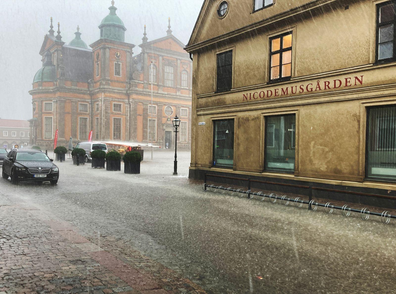 Stortorget och Domkyrkan i ösregn.