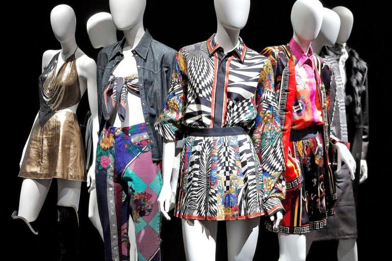 Versaces normbrytande uttryck blir extra effektivt när det tar plats på ett så normativt plagg som en skjorta, tycker Agnes Brusk Jahn.