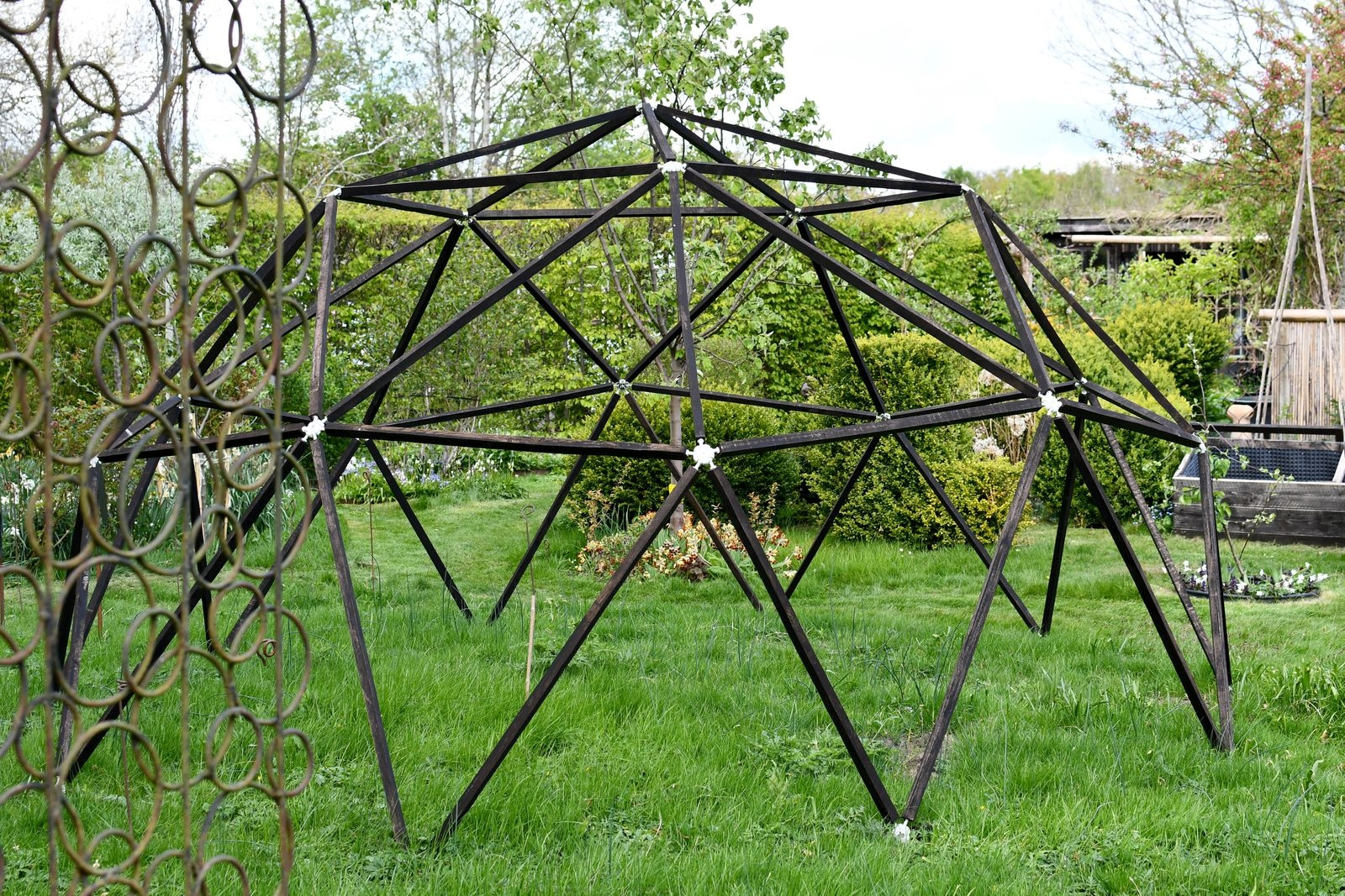 Just nu håller Werner på att bygga en sinnrik dome, en geodesisk kupol som fungerar som ett flyttbart kallväxthus. Stommen står klar att täckas med växthusplast och fyllas med bland annat passionsfrukt och aubergin.