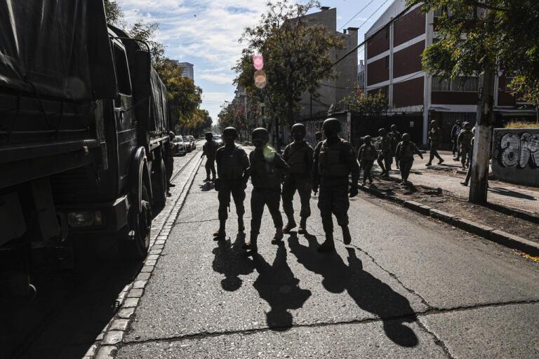Soldater delar ut mat till invånarna i Santiago.