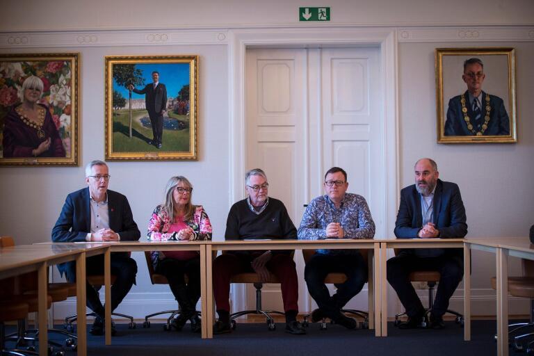 """Den """"riktiga oppositionen"""" kallar de sig, här representerad av Torbjörn Karlsson (S), Maria Wilhelms (MP), Anders Ahvander (SÖS), Patrik Holmberg (C) och Henrik Silfverstolpe (L). De ville på måndagen få fullmäktige att skjuta till 20 miljoner till skolan men fick se sig nedröstade."""